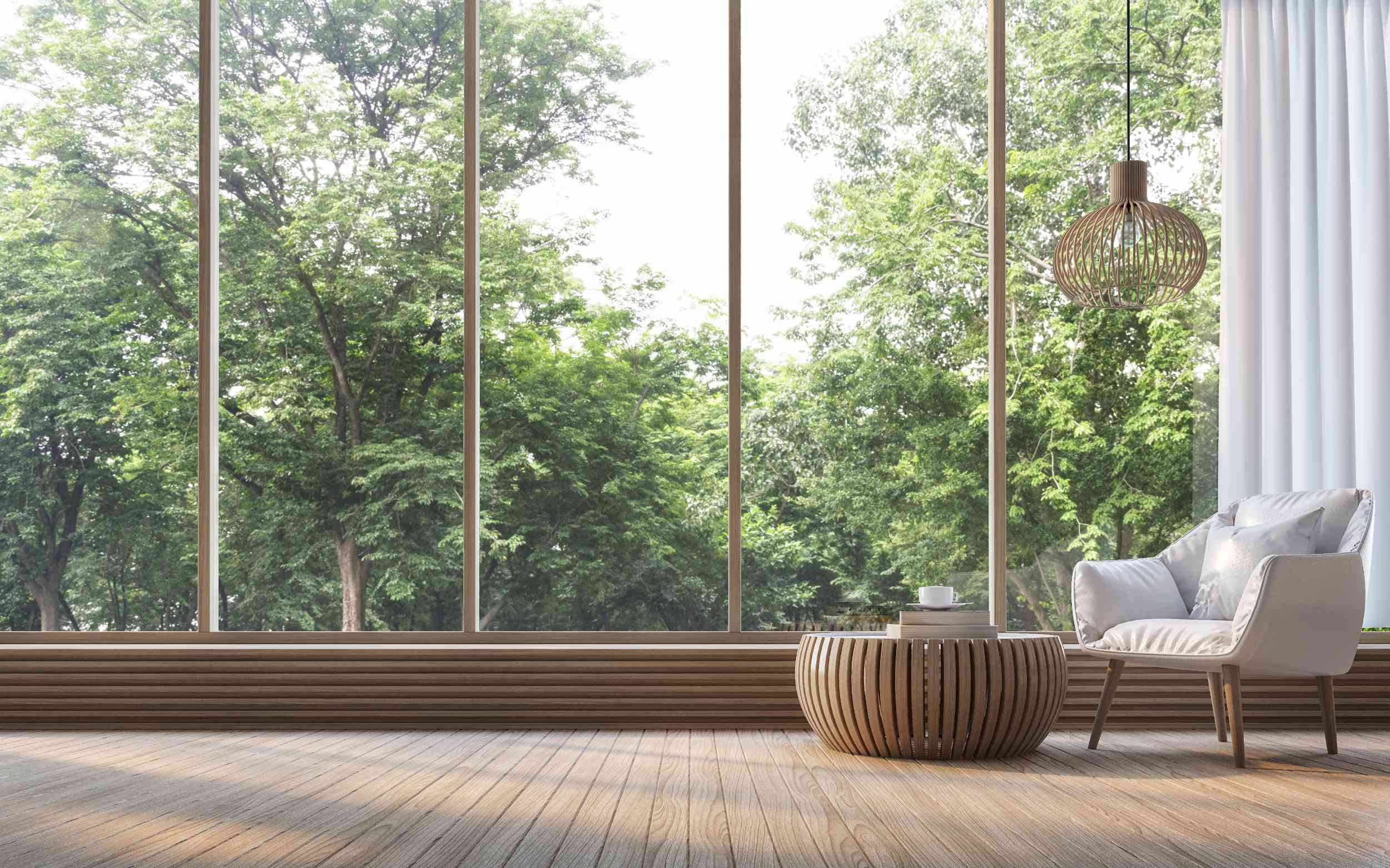 Sitzecke vor großer Fensterfront ins Grüne